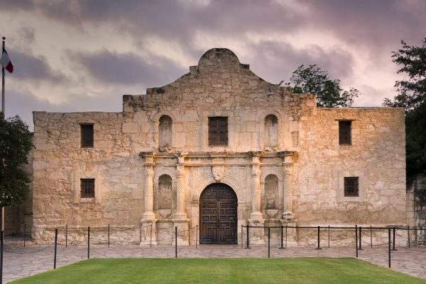 travel nursing locations - 15 places to see before you die - image of the alamo facade in san antonio texas